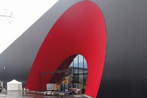 Das Eingangsportal der Messe Dornbirn ist ein Blickfang. Die Fassade ist mit schwarzem Wellblech verkleidet