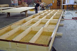 """Die Kastenelemente für die Decken werden im Werk von Kaufmann Bausysteme vorgefertigt und mit OSB-Platten beplankt <div class=""""bildnachweis"""">Foto: Swiss Krono</div>"""