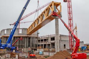 Montage von einem der fünf Fachwerkträger, die jeweils 87 m lang sind und ein 11000 m² großes Dach tragen werden ⇥Foto: Europa-Park
