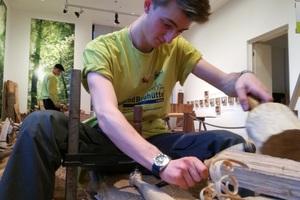 Paul Höppner, FSJler bei der Jugendbauhütte Lübeck, ist einer von 25 jungen Erwachsenen, die den Holzkeller in Berlin bauen<br />