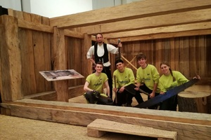 """""""Die Erfahrungen, die die jungen FSJler hier machen, kann man gar nicht groß genug einschätzen"""", sagt Anleiter Matthias Posenauer, hier mit vier der FSJler der Jugendbauhütte im Holzkeller-Nachbau<br />"""