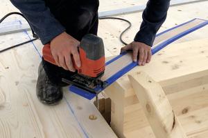 Die Entkopplungsstreifen werden per Sichtsäge oder mit einem Messer zugeschnitten, Schnittstellen mit Klebeband abgedichtet<br />