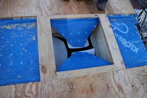 """Die vorbereitete Öffnung für das Flachdachfenster. Eingebaut wurde hier das """"Integra""""-Flachdachfenster ( Maße 60 x 60 cm)"""