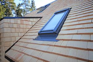 """Mit insgesamt 27000 Nägeln wurden die Schindeln für Dach und Fassade von den Bauherren angebracht<span class=""""bildnachweis"""">Foto: Christoph Zebe (<a href=""""http://www.zebe-pr.de"""" target=""""_blank"""">www.zebe-pr.de</a>)</span>"""