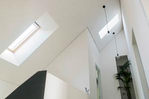 """Durch die Dachfenster gelangt viel Licht in Flur und Treppenhaus<span class=""""bildnachweis"""">Fotos (2): Velux </span>"""