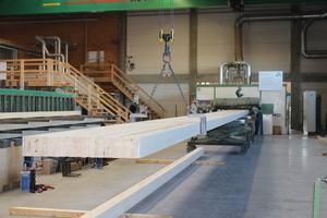 Danach werden die einzelnen Brettschichtholzlagen gehobelt und für die Blockverleimung vorbereitet