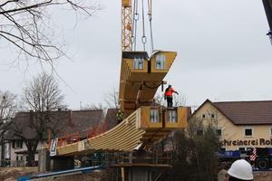 Das Einsetzen des Mittelteils der Brücke mit einer Länge von 24 m war ein besonderer Akt und bedurfte einer genauen Vorbereitung