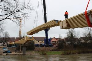 Aufgrund der großen Ausladung und des Gewichts des Mittelteils wurde beim sogenannten Brückenschlag ein 500t Autokran eingesetzt