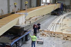 Mehrere Schwertransporter bringen die Brückenelemente nach Neckartenzlingen