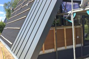Die Stahlprofile werden per Klick-Verbindung zusammengefügt und durch eine versteckte Verschraubung auf der Unterkonstruktion befestigt