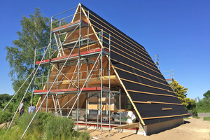 Eine schwarze Kunststoffvliesbahn als Trennlage soll Kondensat zwischen Stahlprofilen und Holz verhindern