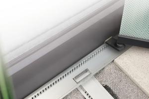 Mit einem Adapter gelingt der Anschluss der revisionierbaren Stichkanäle aus Aluminium an die jeweilige Dränagerinne