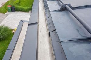 """Die Bewohner eines Einfamilienhauses stellten Wassereintritte im Wohnbereich fest. Ursache war eine schadhafte Dachabdichtung<span class=""""bildnachweis"""">Fotos: Triflex</span>"""