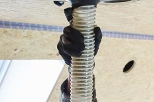 """Zum Einblasen des """"Fillrock RG""""-Dämmstoffs im Deckenbereich nutzten die Handwerker einen Aufsatz, mit dem das Granulat über Kopf eingeblassen wird"""
