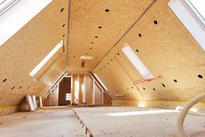 Die historischen Balken und Sparren des Daches wurden von innen mit OSB-Platten beplankt, um einen Raum für die Einblasdämmung zu schaffen