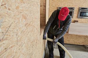Über Löcher in den OSB-Platten wird der Dämmstoff eingeblasen, die Löcher klebten die Dachdecker nach dem Einblasvorgang luftdicht abFotos: Rockwool