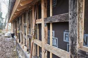 Von außen ist die Holzrahmenkonstruktion mit Holzweichfaserplatten beplankt, darüber ist eine Unterspannbahn verlegt