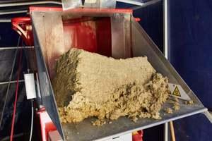 Mit einer Druckluft-Einblasmaschine von X-Floc verarbeiten die Dachdecker von Rietbrock Bedachungen Zellulose-, Holzfaser- und Steinwolleinblasdämmung