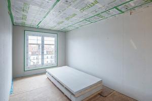 Mit der Aufstockung sind zwei neue Dachgeschosse mit 16 neuen Wohnungen entstanden, hier noch in der Bauphase