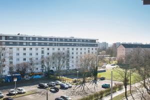 Durch die Aufstockung der Mehrfamilienhäuser in Dresden-Johannstadt ist neuer Wohnraum auf dem Dach entstanden. Gut zu sehen ist rechts im Bild der nicht aufgestockte Altbestand
