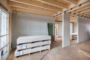 Die Holzdecke zum zweiten Dachgeschoss erhält noch eine Dämmung und Beplankung