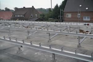 """Mit dem """"Vario RT""""-System lässt sich auf sanierungsbedürftigen Flachdächern eine Unterkonstruktion für Aluminium-Profiltafeln erstellen"""