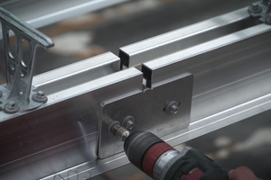 """Die """"RT-Pfetten"""" werden untereinander verschraubt. Auf den """"Klipps"""" links im Bild lassen sich später die Aluminium-Profiltafeln befestigen"""