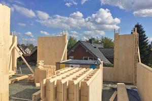 Das System basiert auf Holzbausteinen in verschiedenen Größen, die aufeinandergestapelt und mit Holzdübeln verbunden werden