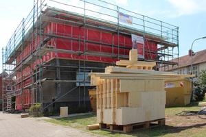 """Die Wände des aufgestockten Geschosses sind mit """"Steko""""-Holzmodulen in verschiedenen Größen gebaut"""