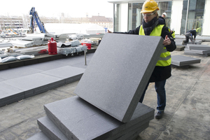 In das graue Kunststoffgranulat eingearbeitete Grafitteilchen absorbieren Infrarotstrahlen, dadurch dämmt graues EPS besser als weißes