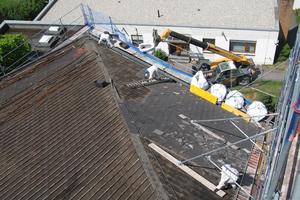 Abriss und Entsorgung der mit Asbest belasteten Faserzementplatten vom Dach