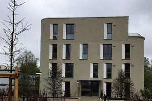 Die Fassaden der Wohnhäuser wurden mit einem grauen Putz beschichtet