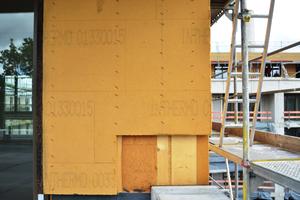 Die Außenwände der Dachgeschosse sind mit Holzfaserplatten gedämmt, am Fenster sind Kork-Laibungsprofile eingebaut