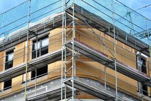 Die Holzfaserdämmplatten mussten den Rundungen des Dachgeschosses angepasst werdenFotos (3): Achim Zielke
