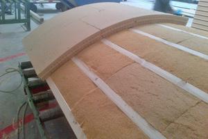 Die Dämmplatten wurden auf der Rückseite alle 3 cm eingeschnitten und dann auf der Holzkonstruktion montiert