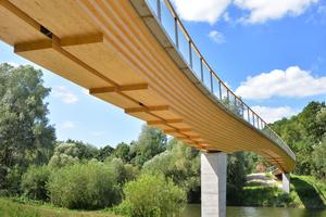Die neue Radwegbrücke überspannt mit 96,30 m den Neckar bei Neckartenzlingen  Foto: Fotograf Walther <br /> <br /> <br />