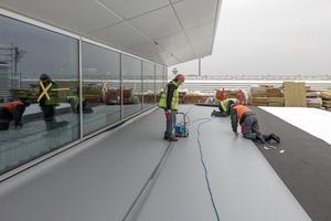 Unter den Dachbahnen wird ein schwarzes, elektrisch leitfähiges Glasvlies verlegt