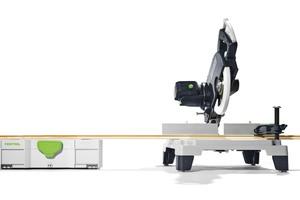"""Die neuen Füße der Leistensäge """"Symmetric Sym 70"""" erhöhen den Arbeitstisch der Säge auf die Höhe eines Systainers. Der Werkzeugkoffer lässt sich so als verlängerter Arbeitstisch einsetzen<br />"""