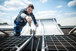 """Qualifizierte Fachbetriebe können eine professionelle, regelmäßige Wartung und Reinigung von Dach-oberlichtern ausführen<div class=""""bildnachweis"""">Fotos: FVLR</div>"""