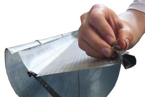 Der Laubschutz wird in die Dachrinne eingelegt, dabei sollte ein leichtes Gefälle in Gebäuderichtung entstehen. Zur Gebäudeseite hin schließt ein Überlaufstoppband die Dachrinne ab