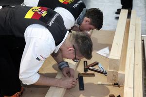 Alexander Bruns (vorne) und Lukas Nafz aus der Zimmerer-Nationalmannschaft bei einem öffentlichen Training auf der Messe BAU 2019 in München