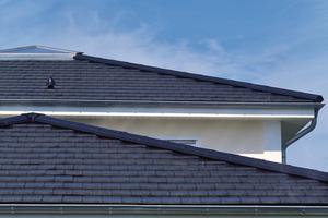 """Ein flach geneigtes Dach, eingedeckt mit dem Glattziegel """"Domino"""" <span class=""""bildnachweis""""></span>"""