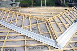 Bei modernen Dächern mit Dämmung kommen in der Regel diffusionsoffene Unterdeckbahnen zum Einsatz, um den Dachraum vor dem Eindringen von Regen, Feuchtigkeit und Flugschnee zu schützen
