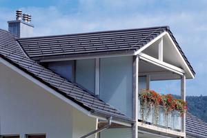 Flachgeneigte Dächer, kleine Flächen und viele Details machen die Eindeckung anspruchsvoll und erfordern Zusatzmaßnahmen, ebenso wie die Nutzung des Dachgeschosses zu Wohnzwecken ⇥Fotos: Creaton
