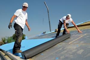 Die Dachbahnen wurden abschnittsweise ausgerollt, straffgezogen und sofort mechanisch befestigt