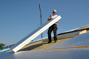 Die Dachdecker verlegten druckfeste PIR-Dämmplatten von Puren auf dem Dach des Marienbads