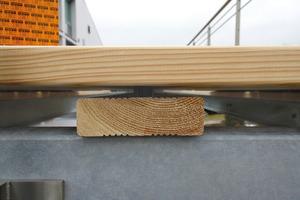 Links: Mit dem Terrassendielenbohrer lassen sich Vorbohren und Vorsenken in einem Arbeitsgang erledigen