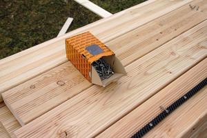 Die Terrassendielen werden mit Schrauben mit Unterkopfgewinde befestigt