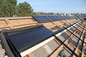 """Verlegung der firstseitigen Eindeckbleche oberhalb des Rahmens für die Solarmodule<span class=""""bildnachweis"""">Fotos: Braas</span>"""
