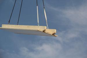"""Die """"CLT Box Dach"""" kombiniert formaldehydfrei verleimte Brettsperrholzplatten mit zwei werksseitig aufgeklebten BSH-Rippenhölzern zu statisch hochtragfähigen Dachelementen"""